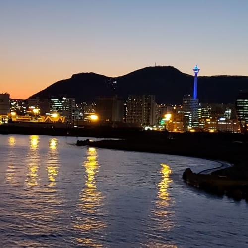 出航時の夕暮れの釜山。 左側のロッテ百貨店ロッテマート光復店の屋上は無料で、右側でライトアップされている釜山タワーに負けない眺めが楽しめます。   釜山