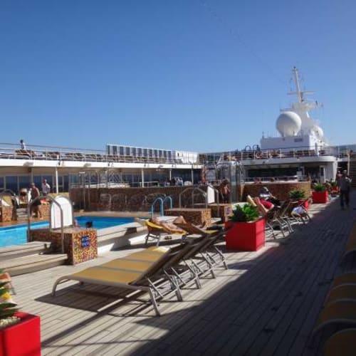 出発地は冬でしたが、ここまで来れば水着OK。 | 客船コスタ・ネオリヴィエラの船内施設