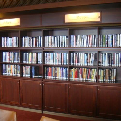 図書室の蔵書は多くはないが、ゲーム卓でジグソーパズルが楽しめる。これにはハマった。   客船フォーレンダムのアクティビティ、船内施設