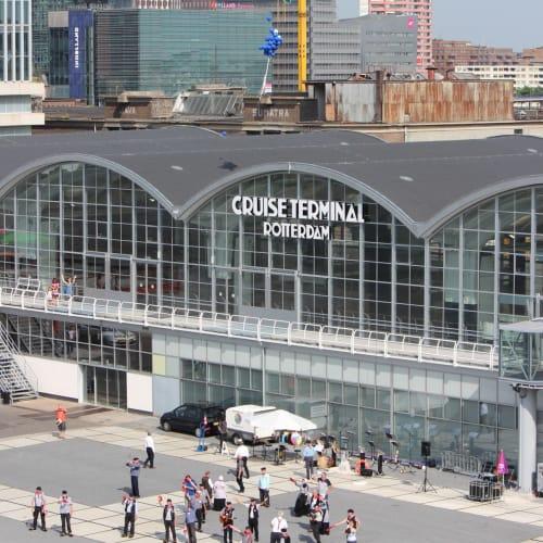 ロッテルダム クルーズターミナルからの出航時のお見送り風景。 | ロッテルダム
