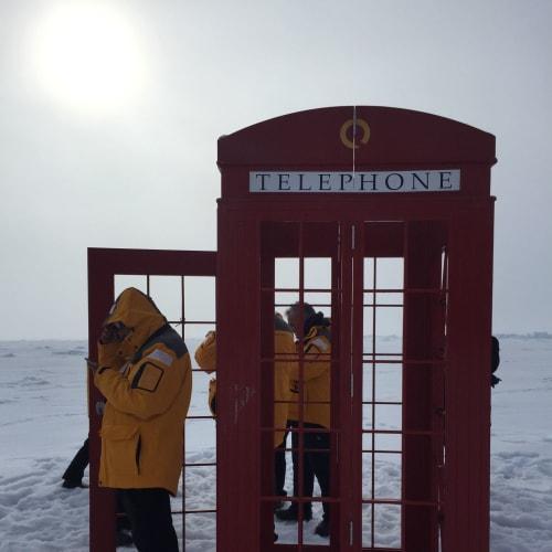 北極点に電話ボックス?!  1分無料の衛星電話で各々家族?に電話。 | 北極点での客船50イヤーズ・オブ・ヴィクトリー