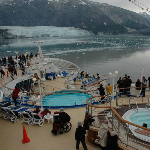 ジャグジーに入りながら氷河鑑賞の人も | 客船サファイア・プリンセスの外観、船内施設
