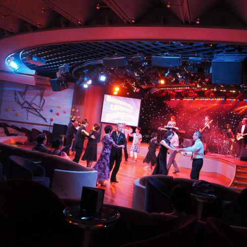 シアターの一角でダンスパーティー | 客船サン・プリンセスの乗客、アクティビティ、船内施設