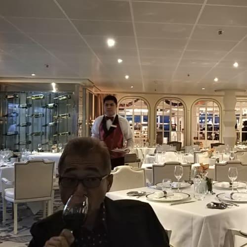 有料レストラン。 やはり安上がりが命のコスタクルーズ。有料レストランを使う人は殆どいません。 クルーズ後半は有料施設利用者も増えるものですが、この日のお客様は私達夫婦を含めて4組というさびしいものでした。 味は美味しかったですよ☆ありがとう☆☆ | 客船コスタ・ネオロマンチカのダイニング、乗客、船内施設