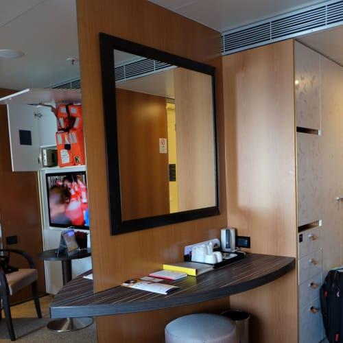 キャビンの広々さが伝わるでしょうか。大きな鏡もあって快適です。 | 客船コスタ・ネオロマンチカの客室