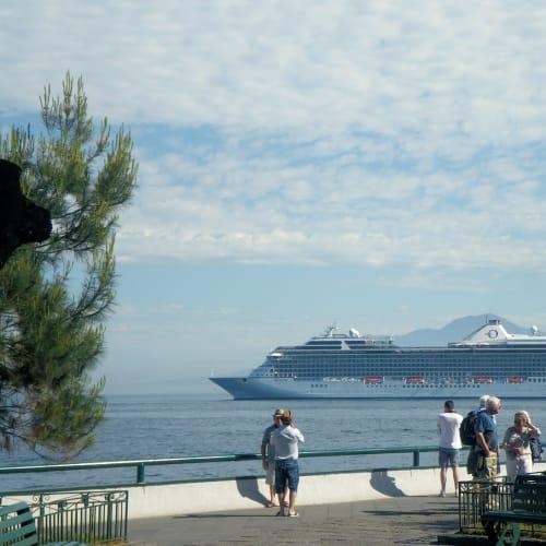 〈今回のクルーズはアテネの近港ピレウスから、ローマの近港チビタベッキアまでの片道だ。ここ数年は日本発着やハワイ発のクルーズばかりだったので、ヨーロッパに行くのは4年ぶりとなった。 アテネの治安、ギリシャの経済、ホテルから港へどう移動するかなど、心配ではあったけれど、行ってみれば万事スムーズ。無事に船に乗り込むことができた。〉 | ピレウス(アテネ)での客船リビエラ