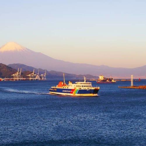 港に入りました。横をフェリーが通過   清水(静岡)