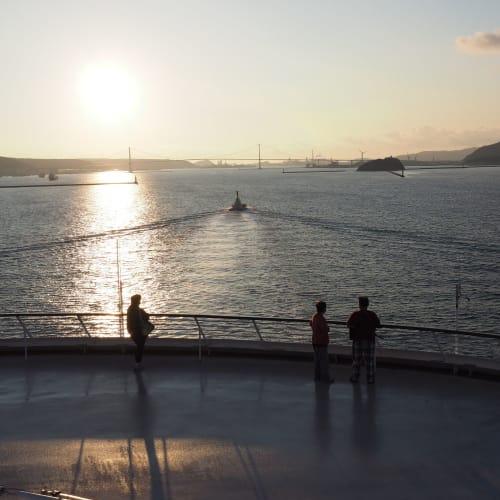 タグボートに先導されて、白鳥大橋を目指します。 | 客船サン・プリンセスの船内施設