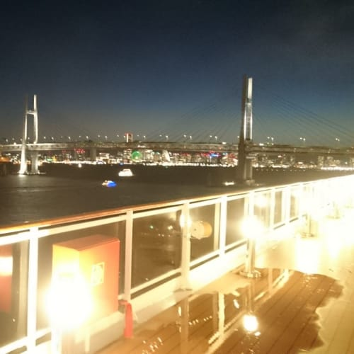 すっかり日が落ちましたがまだ出港せず。 まだ、乗船できていない人がたくさんいるみたいです。 約1時間半遅れての出港だったかと思います。 | 横浜