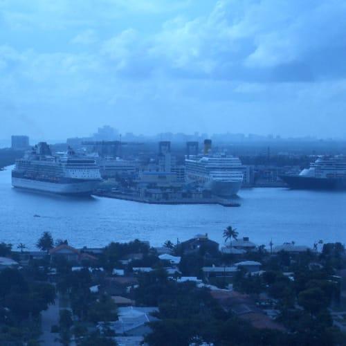 フォートローダーデールのホテルから見たエバーグレーズ港。正面が乗船するコスタフォーチュナ。 | フォートローダーデール(フロリダ州)での客船コスタ・フォーチュナ