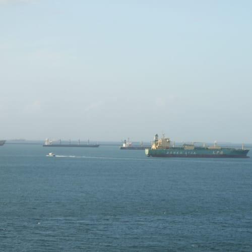 カリブ海 運河へ入る順番を待つ船 | パナマ運河