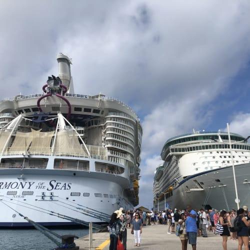 セント―マーチン島にて。ロイヤルカリビアンの「Adventure of the Seas(13.8万トン)」との2ショット。やはりハーモニーは大きい。 | フィリップスブルフ(セント・マーチン島)での客船ハーモニー・オブ・ザ・シーズ