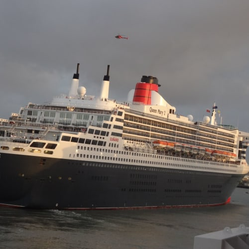 クイーンメリー2 スリークイーンズ リスボン出港 | 客船クイーン・メリー2の外観
