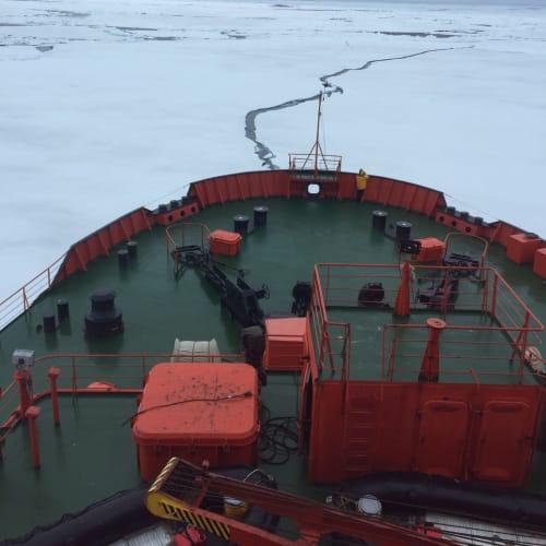 北極点を目指し、氷を破りながら進んでいきます。 迫力満点! | 北極点での客船50イヤーズ・オブ・ヴィクトリー
