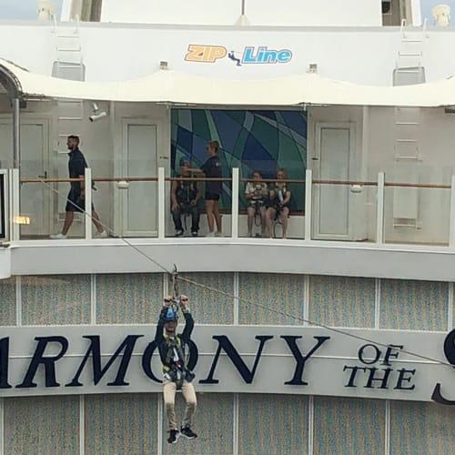 船のジップライン。ちょっと短いかな、しょうがないけれど。 | 客船ハーモニー・オブ・ザ・シーズの乗客、アクティビティ、船内施設