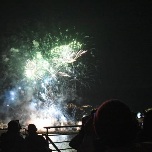 船上から見た熱海の海上花火です。 | 熱海での客船にっぽん丸