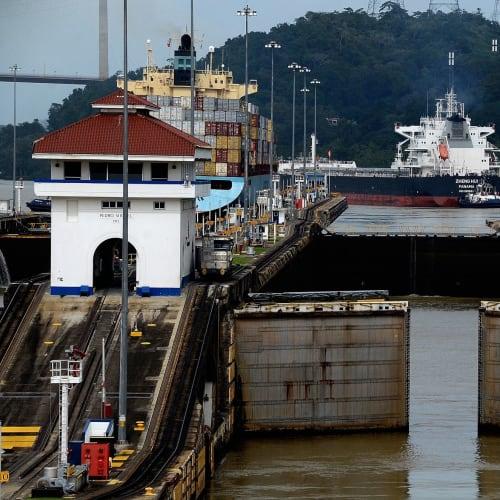 船はいよいよガッン湖を経て更に進みガッン閘門へそして大西洋(カリブ海)に抜ける。因みに通航料はアイランド・プリンセス号(92,000トン幅32m長さ294m)クラスで約1,500万円~2,000万円位とか。 | パナマ運河