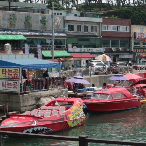 韓国の松島の海岸。舟の色が鮮やか   釜山