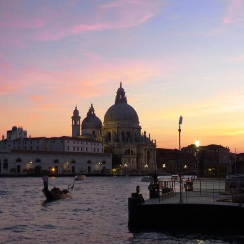 陽が沈み、サンタマリア・デッラ・サルーテ教会が浮かび上がる。 この後サンタルチア駅に向かい電車でメストレ駅へ、早朝に駅前のホテルから空港に送って貰った。 | ヴェネツィア