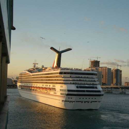 11月25日 出港 マイアミ港 同時に出港するカーニバルトライアンフ | マイアミ(フロリダ州)での客船カーニバル・トライアンフ