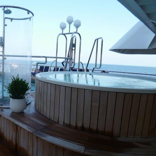ともかく暑くて外に出かける気になれなかったのと行ったことがあるところが多かったので、誰もいないジャグジーを独占してのんびり優雅に過ごすことが二日に一度くらいありました・・。 | 客船シードリーム1の船内施設