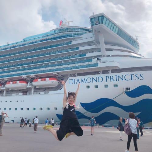 石垣島到着!ようやく下船出来てダイヤモンドプリンセスをバックに旅の定番のジャンプ写真😊 | 石垣島での客船ダイヤモンド・プリンセス