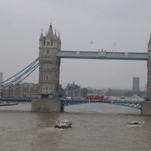 タワーブリッジ・・いつもたくさんの車やバスが行きかっています。 | ティルベリー(ロンドン)