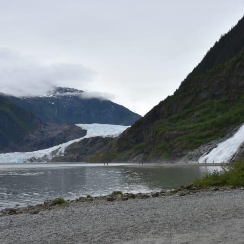 メンデンホール氷河とナゲット滝です。  滝の直ぐそばまで行くことができました。