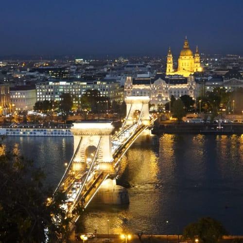 ライトアップされた「くさり橋」 | ブダペスト