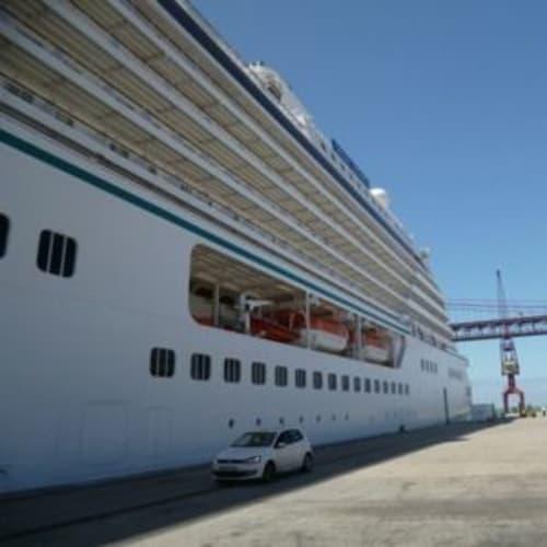 クリスタルセレニティにリスボンのテージョ川から乗船。4月25日橋が無効に見えます。 | リスボンでの客船クリスタル・セレニティ