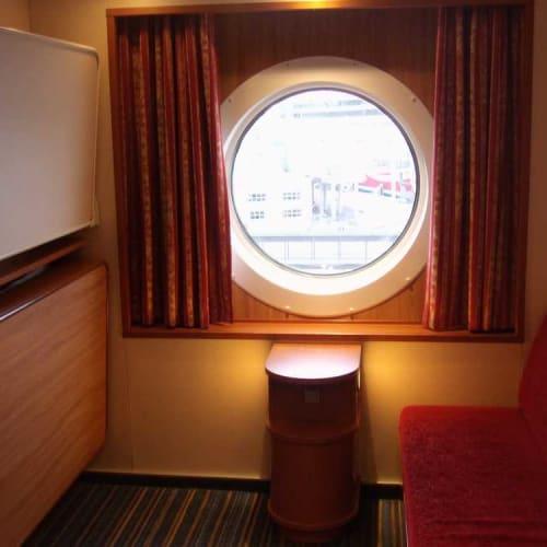 収納ベッドの3人部屋に1人なので広さは十分 | 客船バルティック・プリンセスの客室