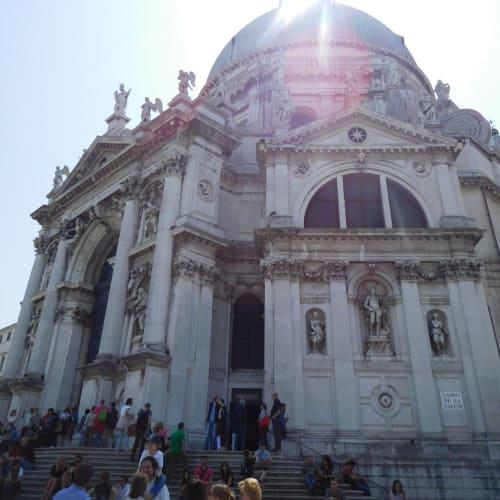 写真はサンタ・マリア・デッラ・サルーテ教会です。ベネチアのエクスカーション情報を記載します。乗船後のリーフレットにより割引価格が記載されていたりするので、よく見て購入するといいです。(私はフリー観光)  Panoramic boat tour of the lagoon(2h,40ユーロ) /Experience; Venetian Legends(3h,35ユーロ) /Murano and Burano(5h,45ユーロ) /Panoramic boat tour of Venice with gondola ride(4.5h,70ユーロ→52.50ユーロ) /Romantic Venice by gondola(2.5h,65ユーロ→48.75ユーロ) | ヴェネツィア