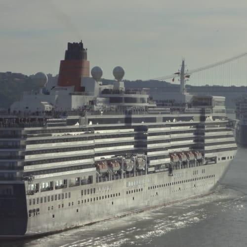 スリークイーンズ リスボン出港 先頭メリー2、手前エリザベス | リスボンでの客船クイーン・メリー2