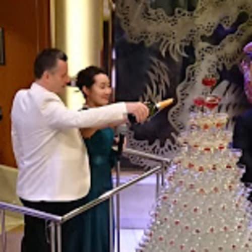 シャンパンタワー   客船ダイヤモンド・プリンセスの乗客、クルー、アクティビティ