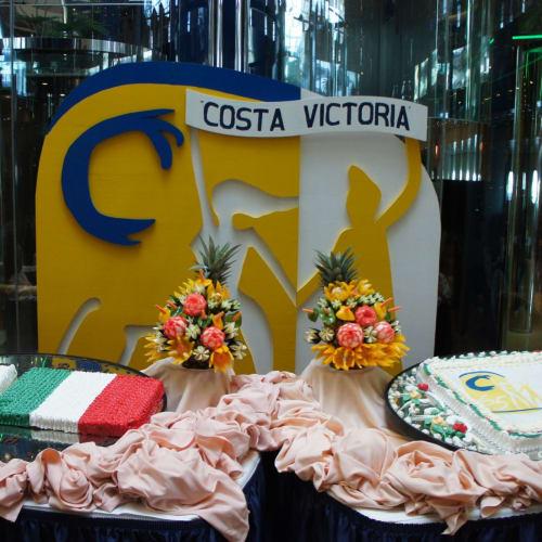 アトリウムでは国旗とファンネルのケーキ | 客船コスタ・ビクトリアのフード&ドリンク、船内施設