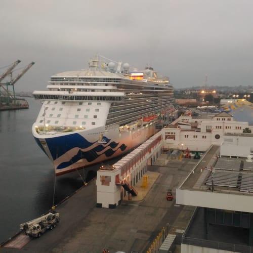 サン・ペドロの港に入ったら、もう一隻プリンセスの船が。   ロングビーチでのプリンセス・クルーズ