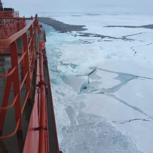 周りの氷も破りながら進んで行きます。  凄い音で氷を割って行きます。 | 北極点での客船50イヤーズ・オブ・ヴィクトリー