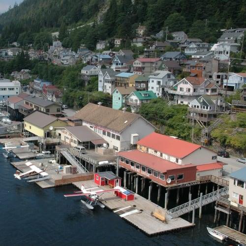 アラスカの交通の足は水上飛行機、エアタクシーと呼ばれている | ケチカン(レビジャヒヘド諸島 / アラスカ州)