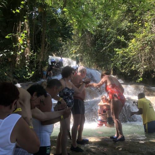 足場の悪い所は皆手を繋ぎながら登ります。 水用靴を買って良かった。かなり足場が悪いです。  でも皆で声をかけながら登ってとても楽しかった。 ジャマイカに行ったら絶対やるべきアクティビティです。   モンテゴ・ベイ