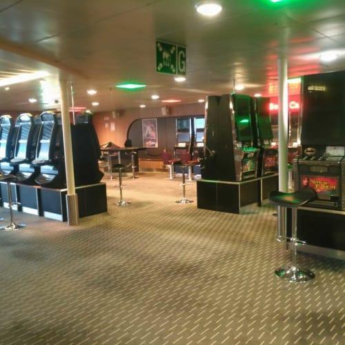 まだ電源の落ちてるスロットマシン | 客船ノヴァスターの船内施設