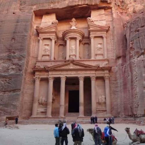 超有名な神殿です。遺跡全体は広大で、とてもツァーの自由時間では回りきれません。 | アカバ