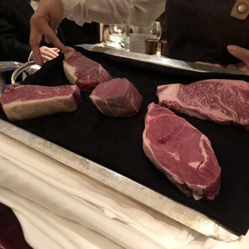 ザ・ベランダでのステーキ肉のサンプル   客船クイーン・エリザベスのダイニング、フード&ドリンク