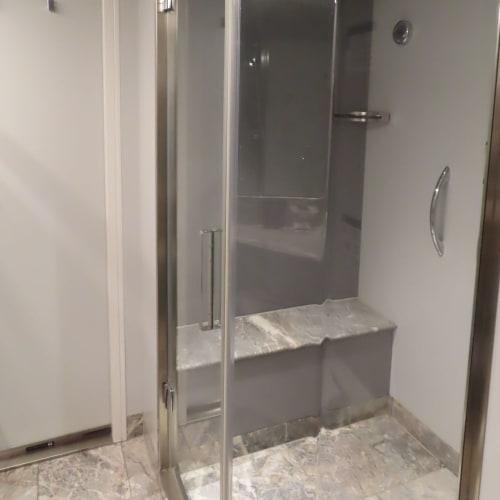 シャワールーム。腰掛けながら浴びれるので足などの洗いにくい場所も楽でした。シャワーヘッドも上の固定とホース付きと2個有り。