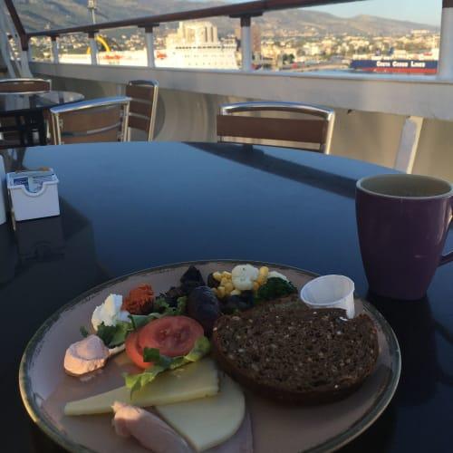 クリームチーズが濃厚で、蜂蜜やドライフルーツ等、甘いものと一緒にいただくのが美味しかった。クルーズの朝食のパンは、日本であまり見かけないプンパーニッケルがお気に入り。   客船プルマントゥール・ホライズンのブッフェ、フード&ドリンク