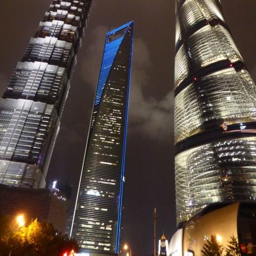 上海中心とジンマオタワー真ん中は日本の森ビルが施工したビル | 上海
