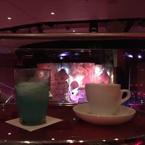 シアター。バーで頼んだ飲み物を持って行ってショーを待ちました。   客船プルマントゥール・ホライズンのフード&ドリンク、船内施設