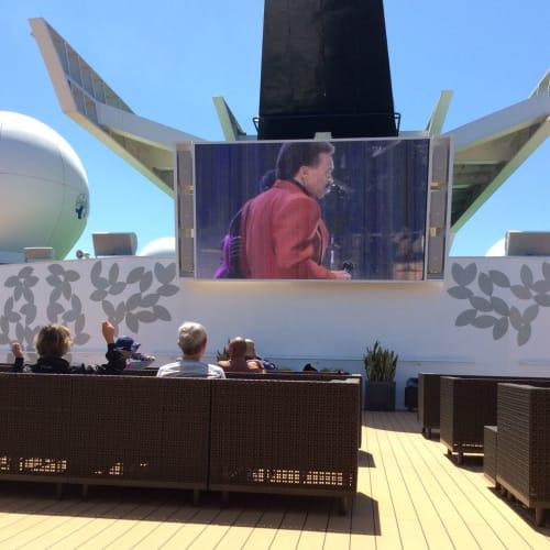 アッパーデッキ船尾に位置する大型スクリーン。 ここで寛いでいたら【マツコの知らない世界】の撮影があって、 僅かながら私もTVに映る事になろうとは…苦笑 | 客船セレブリティ・ミレニアムのアクティビティ、船内施設