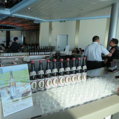 何と6種類の地酒が無料で飲み放題。クルーズしていると有料のワインテイスティングはよくあるが、日本酒の試飲会の経験は初めて。 | 秋田での客船セレブリティ・ミレニアム