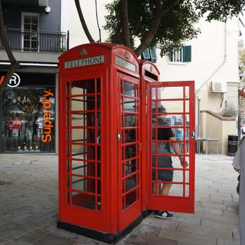 大人気の電話ボックス。 後ろにはイギリスブランドのSuperdry極度乾燥(しなさい)がありました。 この通りにはマークス&スペンサーやTOPSHOPもあってイギリスらしさを感じます。 なんといってもロイヤルメールの郵便局があるのが感動。 ここで出したハガキは日本へは10日後に、ロンドンへは4日後に届きました。 | ジブラルタル
