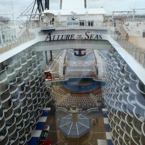 客船アリュール・オブ・ザ・シーズの外観、船内施設